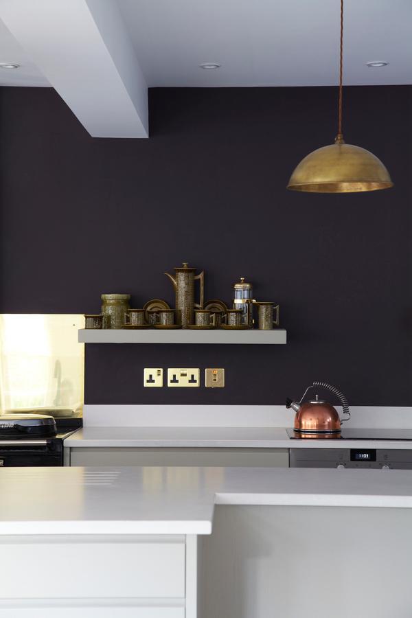 paredes oscuras y minimalismo