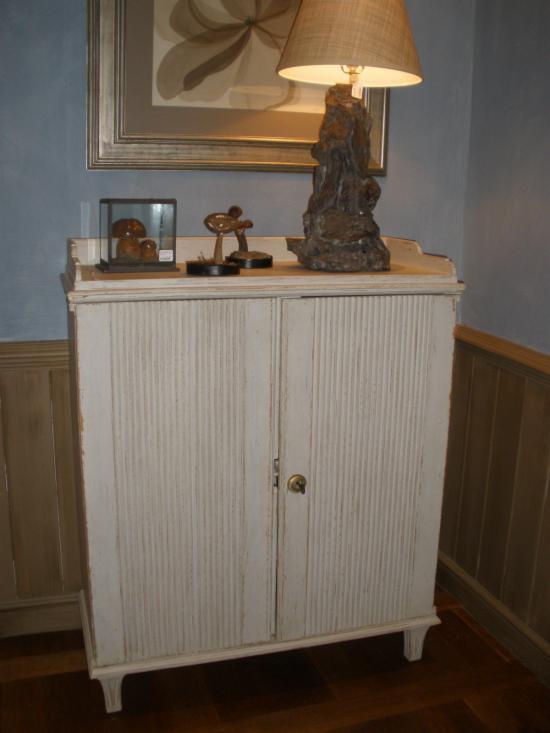Uso del papel abrasivo o lija para restaurar muebles de madera - Restaurar mueble madera ...