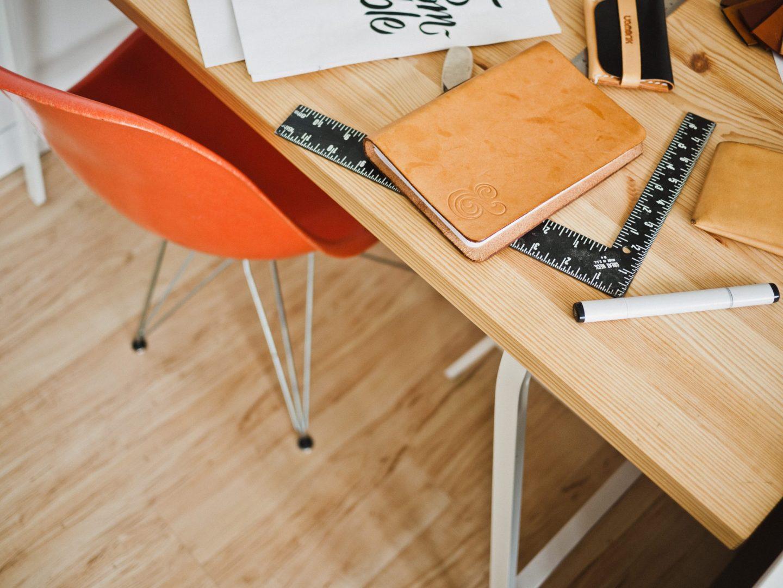 escritorio y material de trabajo en el hogar