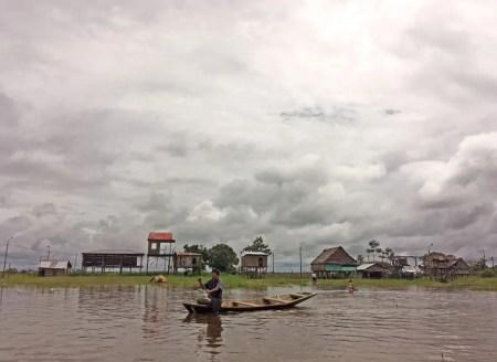 Muchacho en el rio Amazonas