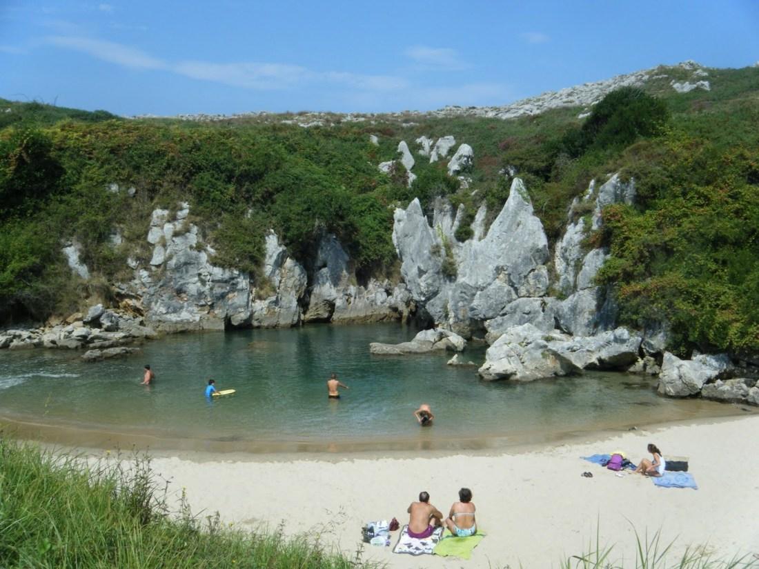 Playa de Gulpiyuri cerca de Ribadesella