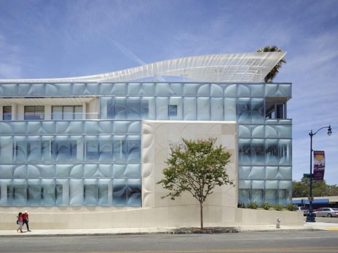 933512_innovative-glass-buildings-02