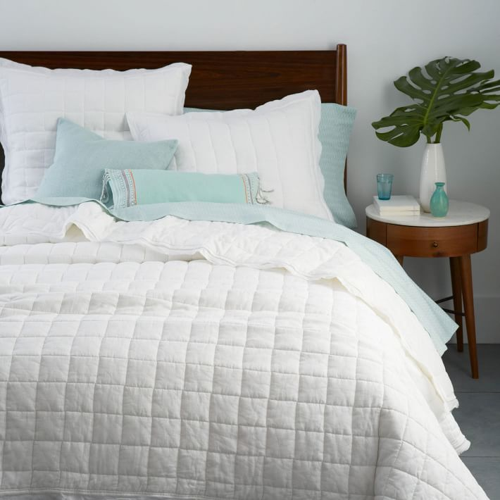 Monstera-leaves-in-a-modern-vase-by-the-bed