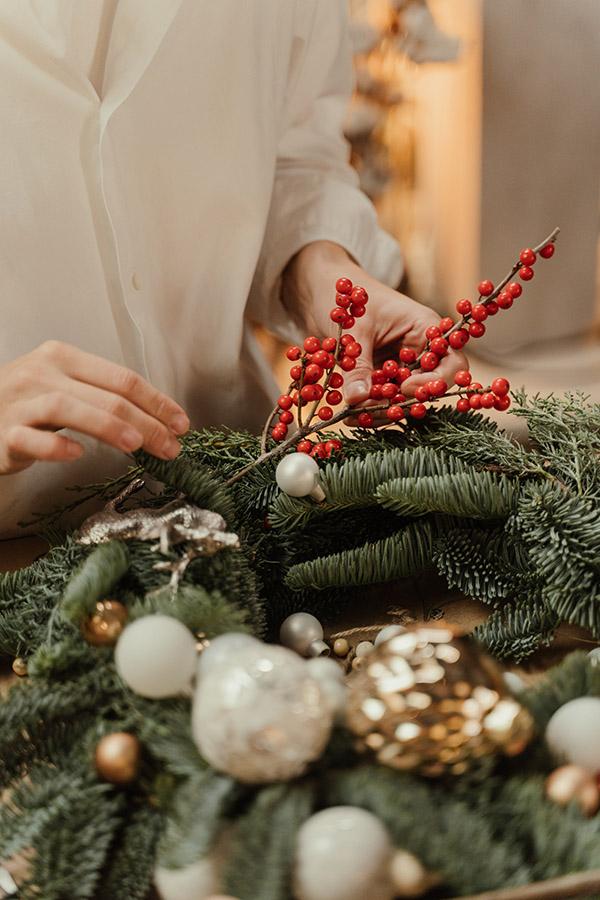 Corona navideña con ramas de frutos