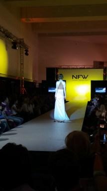Vista trasera de vestido de manga larga en tela brillante, cuerpo ajustado, abertura lateral y espalda abierta. ALICIA ARZA.