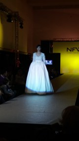 Vista frontal de vestido de manga larga, cuello de pico, cuerpo con textura y falda con volumen. ALICIA ARZA.