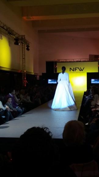 Vista trasera de vestido de manga larga, cuello de pico, cuerpo con textura y falda con volumen. ALICIA ARZA.
