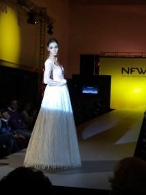 Vista de perfil de vestido de espalda abierta, corte A y tela con bordados. ALICIA ARZA.