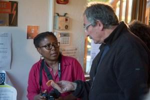 Claude présentant à Sandra, de la mairie, une des sigillée trouvées lors des fouilles sur la chaussée Jules César