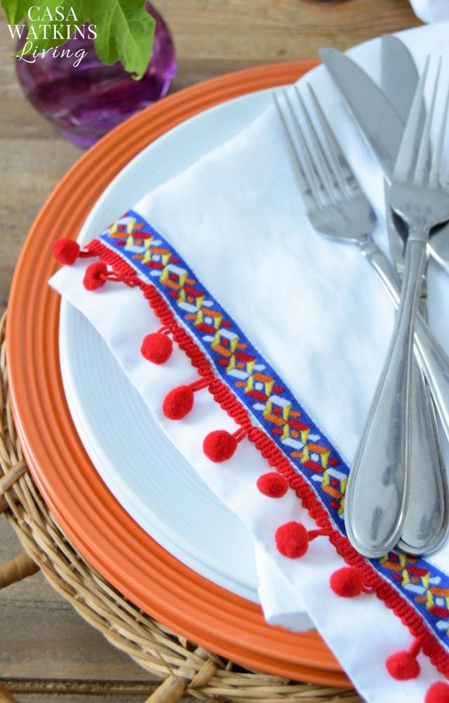 Love these festive DIY pom pom napkins!