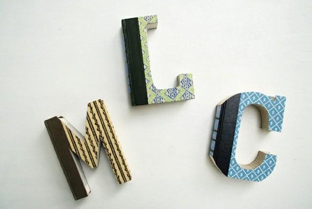 libros viejos recortados forma letras