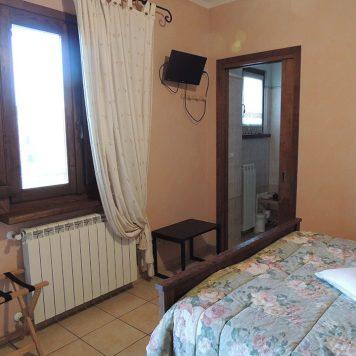 camere-classiche-gratacui-finestra