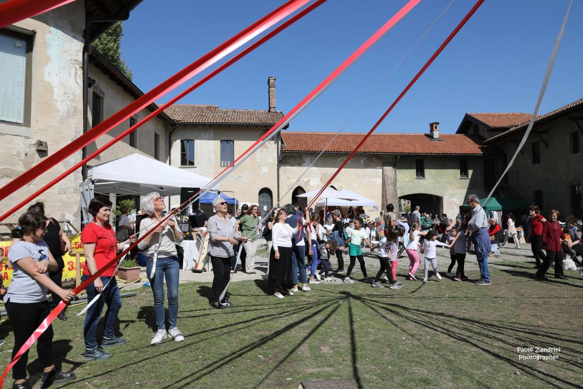 """1 maggio: """"Festa di Primavera, delle Api e Danza del Palo di Maggio"""" – Le Immagini"""