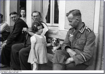 1940 French girls and German NCO