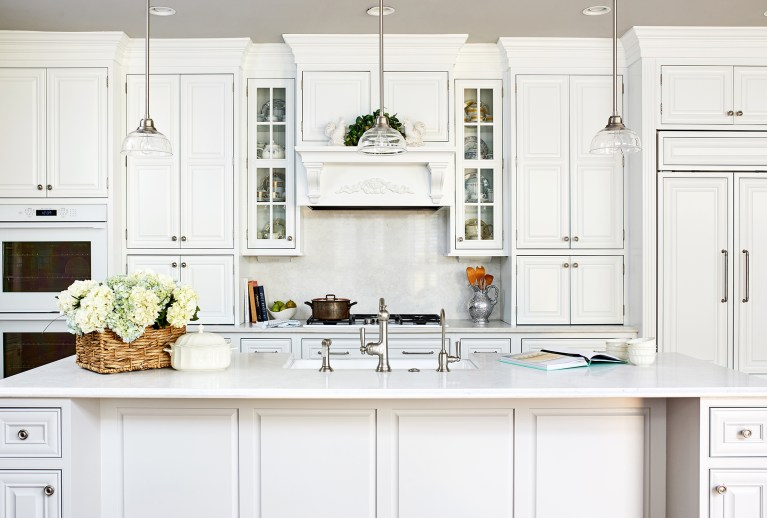 white kitchen island with farmhouse sink, hanging 3 pendant kitchen lights