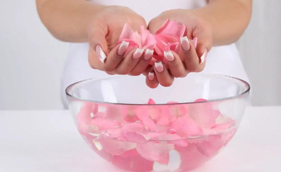 Apa de trandafiri facuta in casa pentru piele sanatoasa