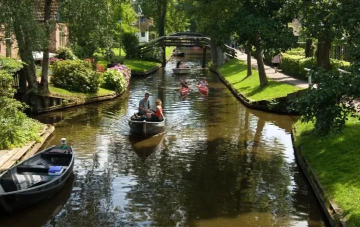 Orasul cu strazile din apa din Olanda