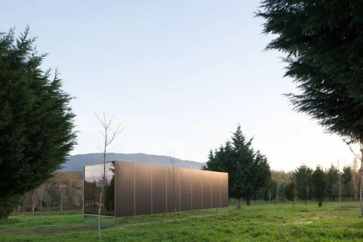 Casa modulara plutitoare - structura pare ca pluteste peste iarba verde
