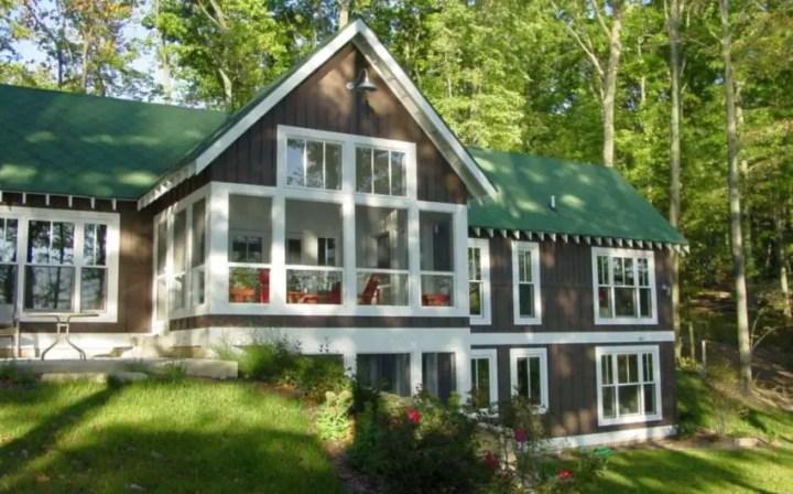 Modele de case cu terase inchise - design rustic, bine integrat in natura