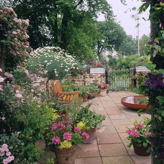Modele de gradini mici, amenajate cu flori