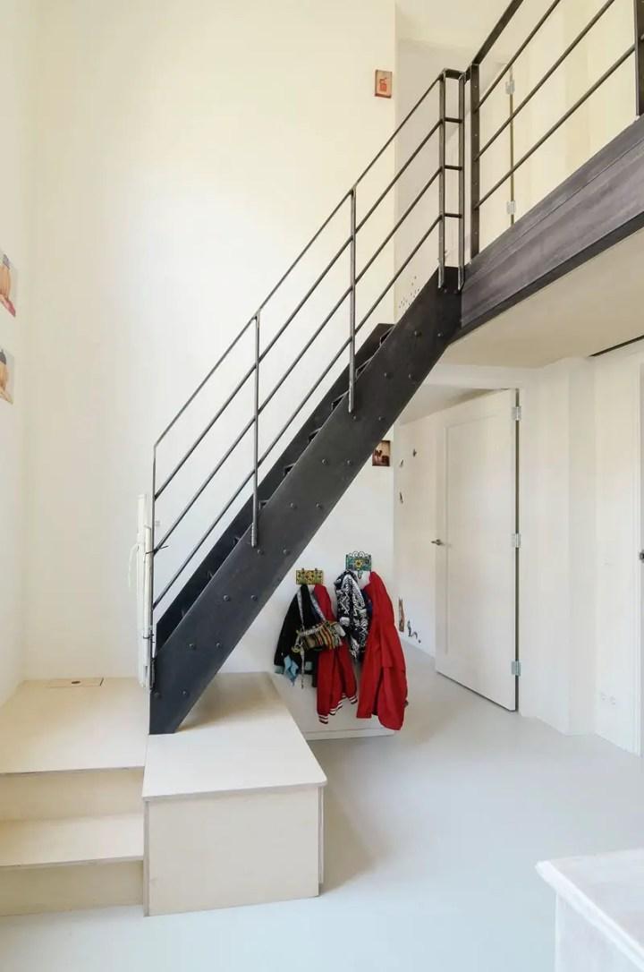 Apartamentul din vechea scoala - scari metalice spre camere spatioase
