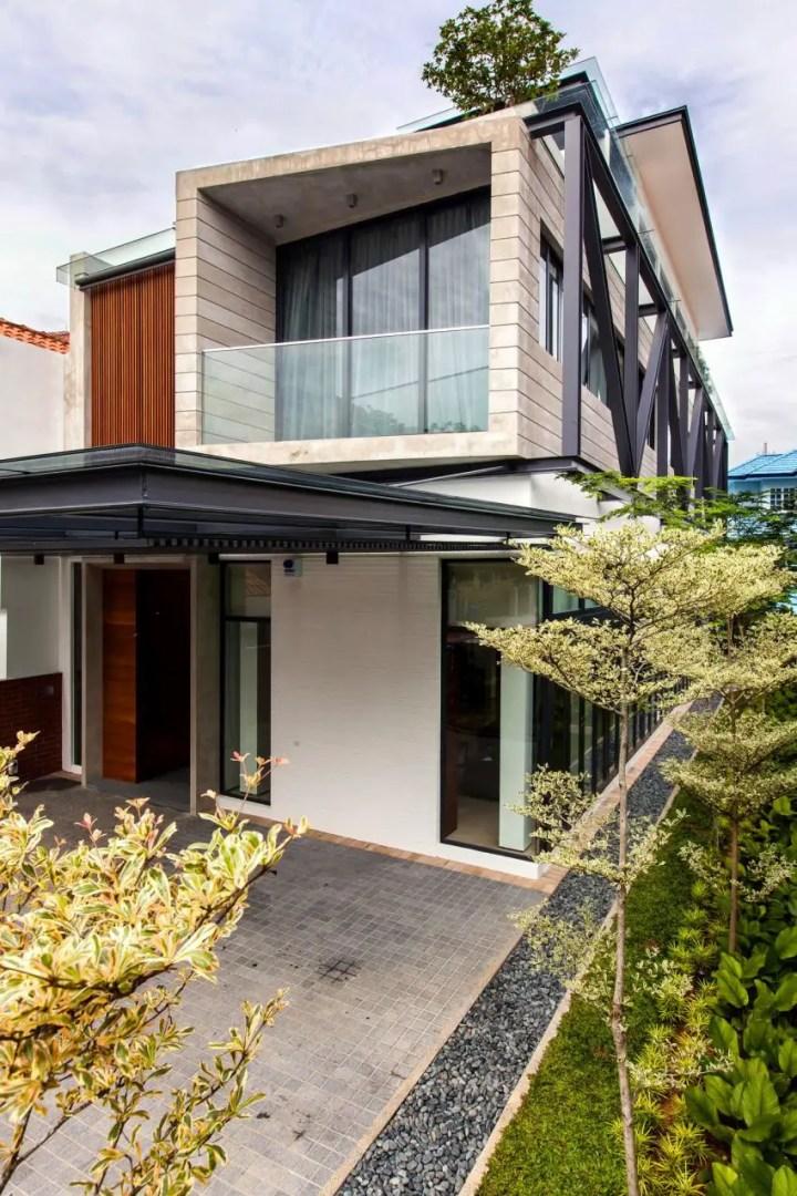 Casa ingusta- sticla, lemn, fier si ciment