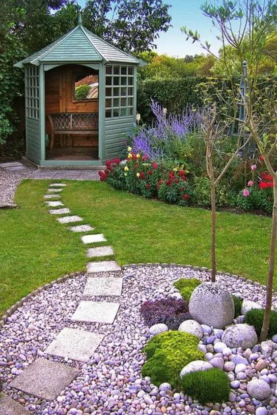gradini amenajate cu gazon si flori Flower and lawn landscaping ideas 9