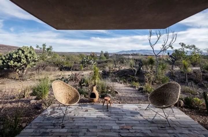 Casa din pamant tasat - perfect integrata in mediul arid din jur