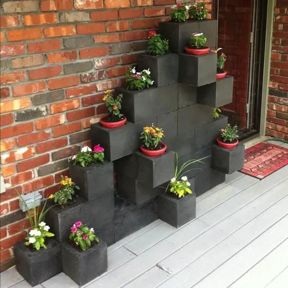 amenajari de gradina cu boltari Cinder block garden uses 1