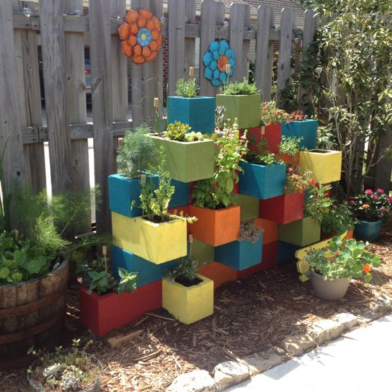 amenajari de gradina cu boltari Cinder block garden uses 3