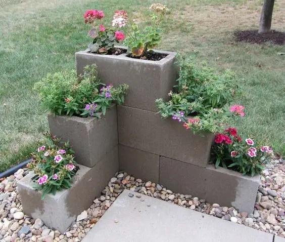 amenajari de gradina cu boltari Cinder block garden uses 5