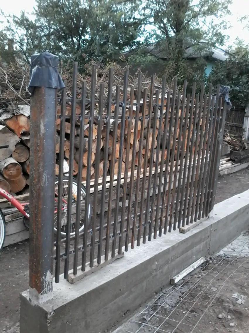 constructia unui gard din beton si fier forjat ghid pentru o bariera solida. Black Bedroom Furniture Sets. Home Design Ideas