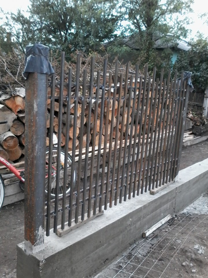 constructia unul gard din beton si fier forjat