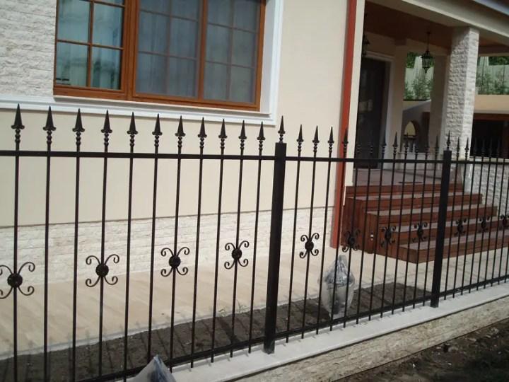 constructia unui gard din beton si fier forjat