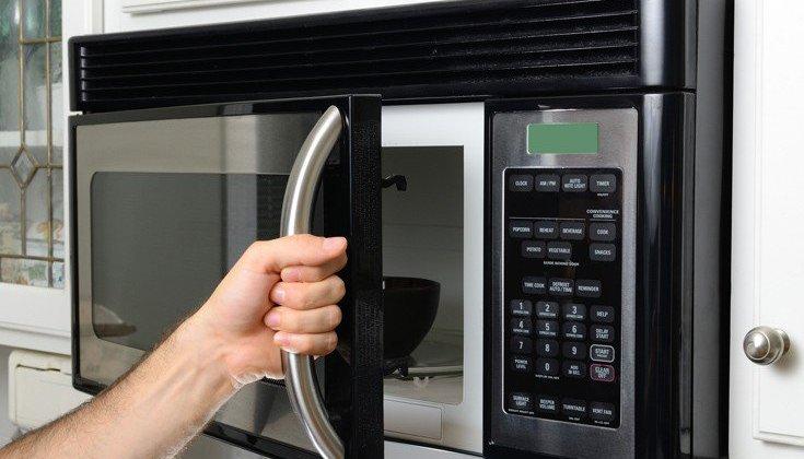 Πώς να καθαρίσετε εύκολα το φούρνο μικροκυμάτων