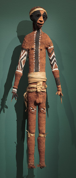 Senmormara_mannequin fun.-rambaramp_Vanuatu-Malampa-malakula- Mobarek ou Lendamboe_ 1971_fougère-ocres-fibres-tissu-boutons-toile araignée-os_161x51x21cm_NGA_c. Charpentier