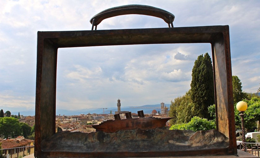 Der Koffer von Jean-Marie Folon im Giardino delle Rose (© casowi)
