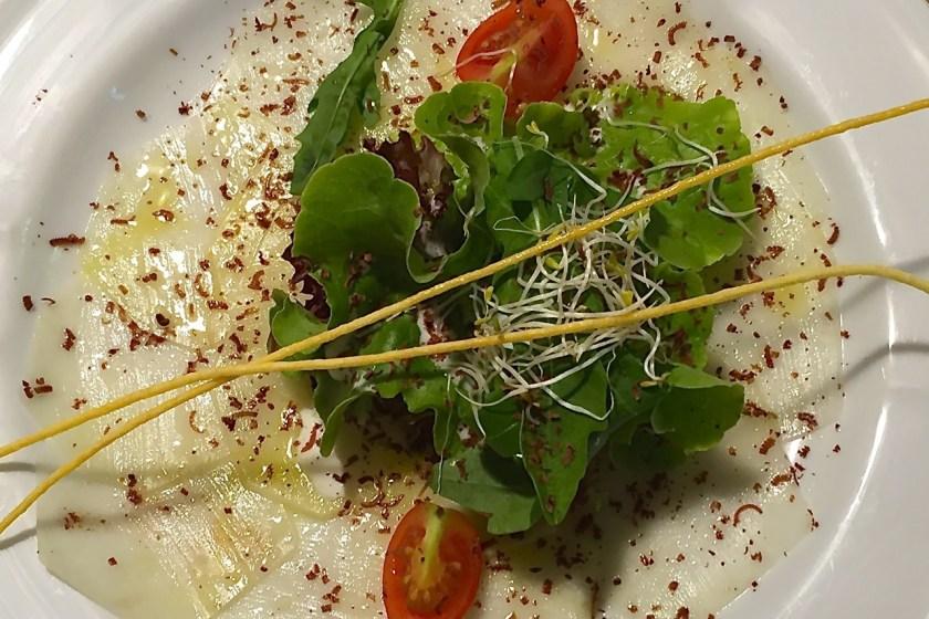 Kohlrabi-Carpaccio mit einer Marinade aus weißem Balsamico, Chilli und Schokolade. ©casowi