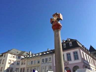Im Jahr 958 wurde der Hauptmarkt durch Erzbischof Heinrich I. mit dem Marktkreuz als Hoheitssymbol ausgestattet. (© casowi)