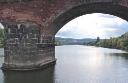 Durchfahrt durch die Brücke aus römischer Zeit. (© casowi)
