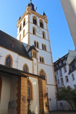 St. Gangolf liegt sozusagen im Hinterhof des Hauptmarkts. (© casowi)