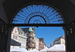 ... und nach dem Kirchenbesuch geht es wieder zurück ins pralle Marktleben Triers. (© casowi)