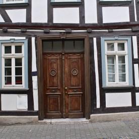 Schiefe Tür? Oder schiefes Haus? (© casowi)