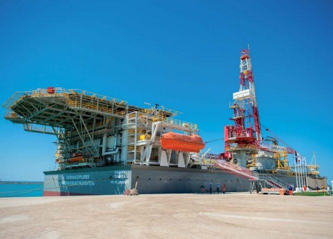 Буровое судно «Caspian Explorer» проводит работы на дне Каспийского моря