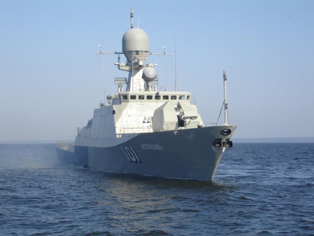 Экипажи кораблей Каспийской флотилии отработали эвакуацию с тонущего корабля