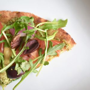 Naan pizza with vegan pesto and vegetables