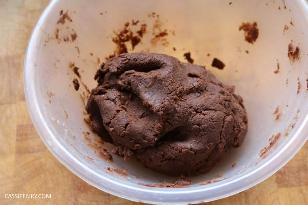 diy-halloween-cookie-recipe-chocolate-gingerbread-men-skeletons-treat-dessert-pudding-3