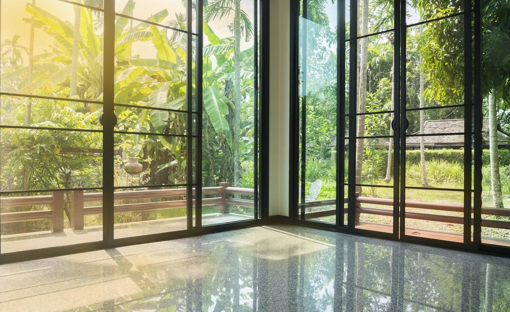 Verlichting gebruiken om een kleine kamer groter te laten lijken: schuifpui, buitendeuren, openslaande deuren, meer licht in huis
