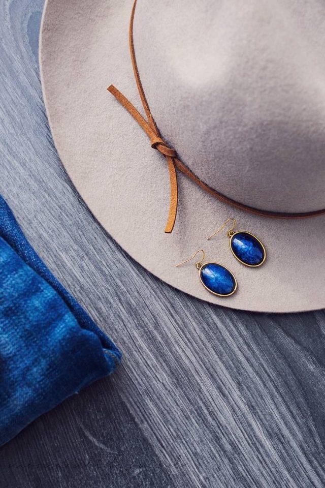 jeans met neutrale hoed