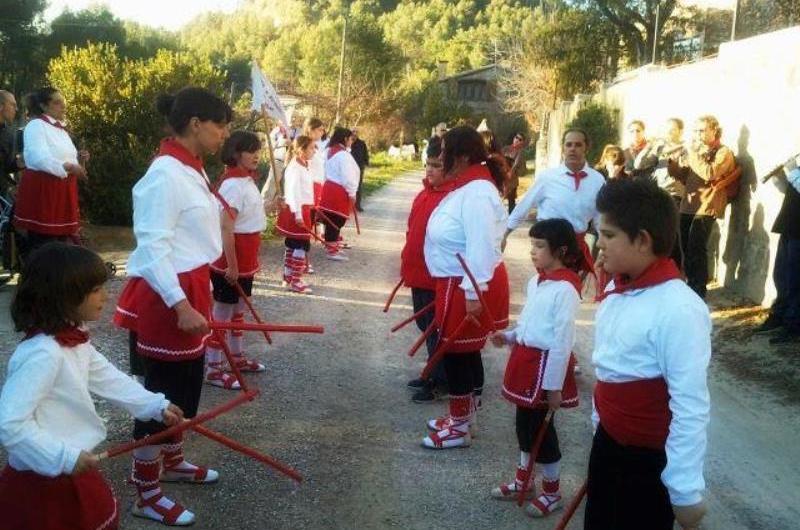 Els Bastoners actuen a Sant cristófol a la vetlla del diumenge de pasqua